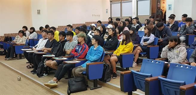 金門大學師生專注聆聽「瓩設計獎」說明會內容。(戴有良攝)