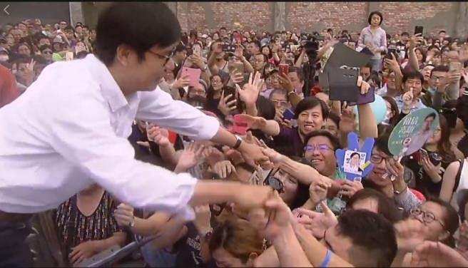 陳其邁(左) 今天下午在高雄駁二辦咖啡會,邁粉紛紛搶著和他握手。(翻攝陳其邁臉書直播影片)