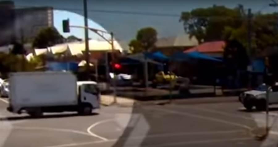 貨車出現時 那名黑衣路人已經消失在畫面中(圖/翻攝自影片)