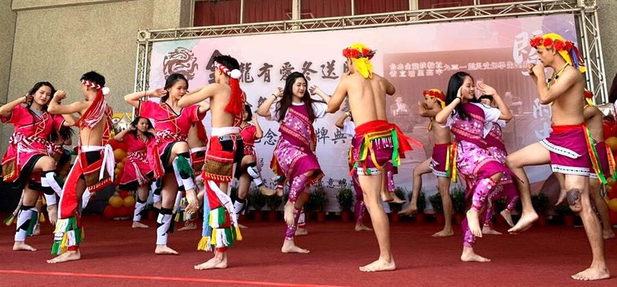 暨大附中歡慶60周年校慶,原青社表演精彩的原住民歌舞。(楊樹煌攝)