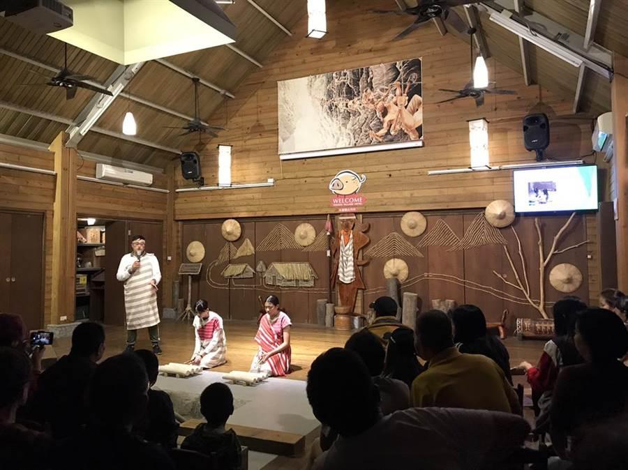 由山月村成立的山月村關懷協會,昨晚舉辦「山月村感恩點燈」,員工們換上表演服上台演出。(張祈攝)