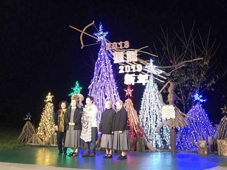 「山月村感恩點燈」活動除了現場演出節目,村長鄭明岡頒發關懷金給受助教會。(張祈攝)