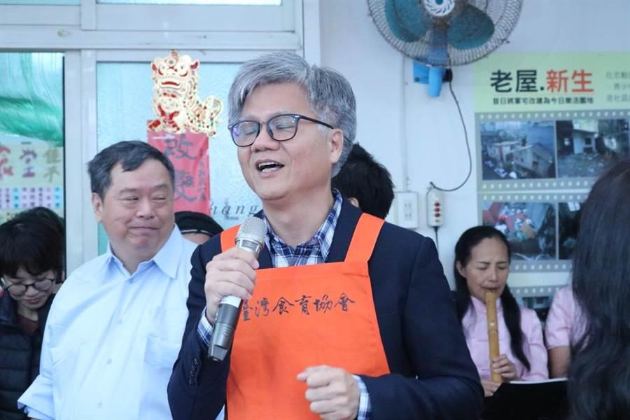 去年參選台北市長高歌「愛江山更愛美人」意外竄紅的產險經理吳萼洋。(李依璇攝)