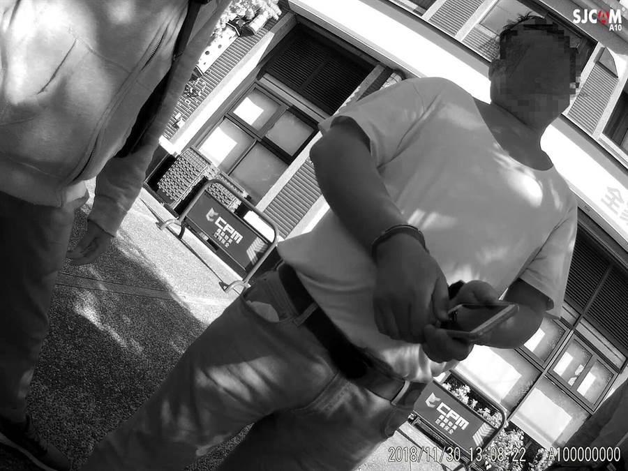 鄭姓男子因詐欺案遭通緝10年,逃亡期間居無定所,日前他與友人在超商前聊天時,遭警方盤查曝光。(張妍溱翻攝)