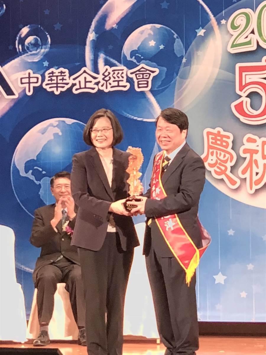 友嘉集團總裁朱志洋今日獲總統蔡英文頒發國家卓越成就獎。圖文/沈美幸