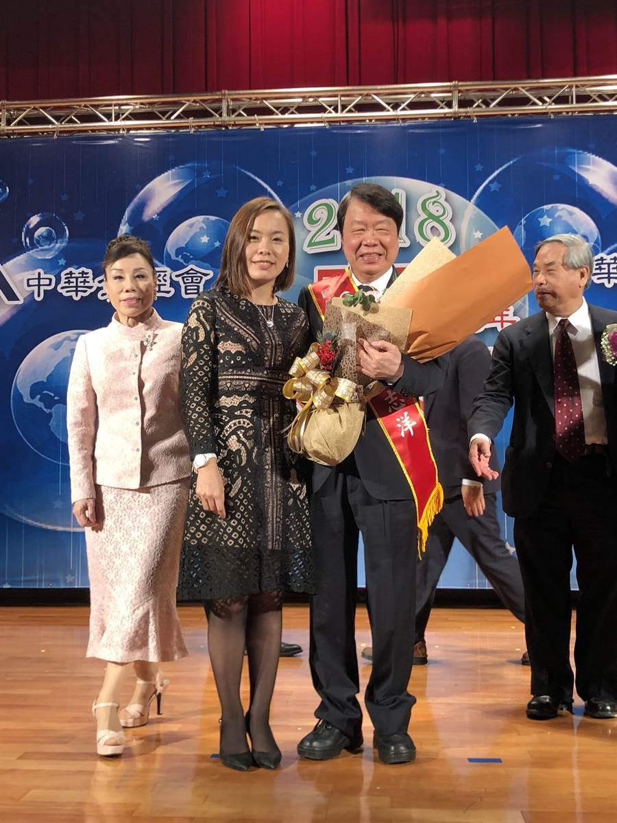 友嘉集團總裁朱志洋今日獲頒國家卓越成就獎,女兒朱姵穎獻花。圖文/沈美幸