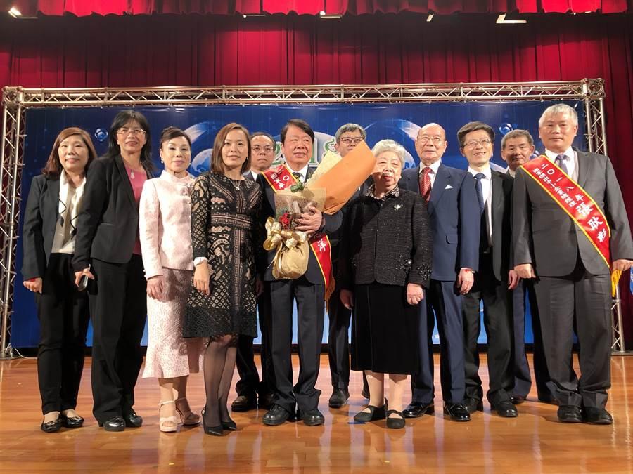 友嘉集團總裁朱志洋今日獲頒國家卓越成就獎,與親友及員工分享喜悅。圖文/沈美幸