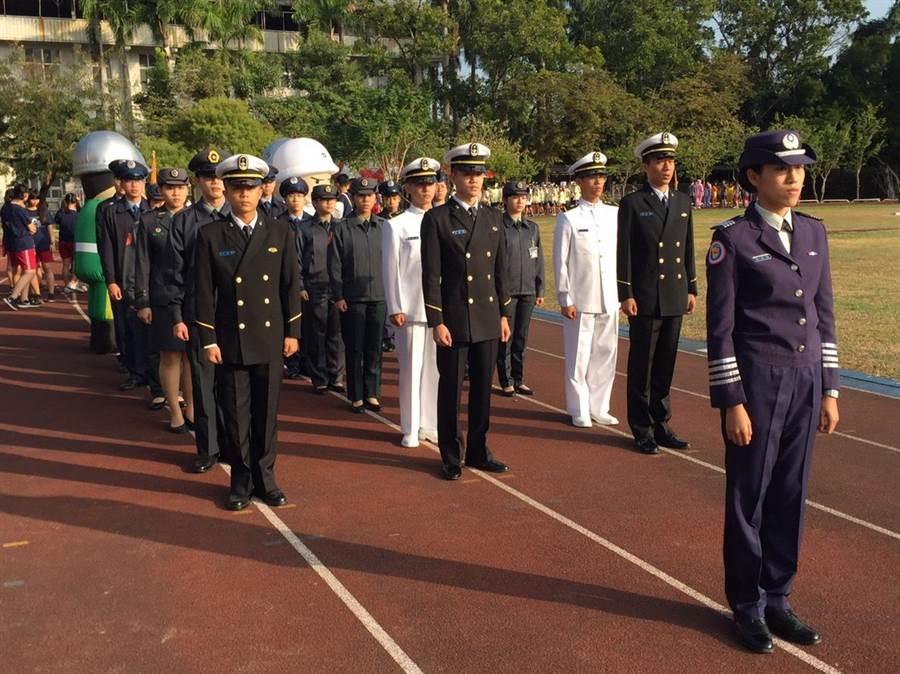104級畢業生蔡姿婷特別帶領20位就讀軍事院校的畢業校友,穿著陸、海、空軍各式制服列隊進場,抖擻精神、整齊一致的步伐吸引眾人目光。(李其樺翻攝)