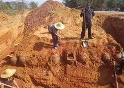 挖到神秘瓦罐以為是古董 結果讓村民嚇呆:快埋回去