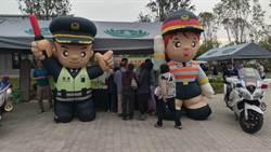 台南警舉辦交安宣導 民眾和大頭警公仔搶拍照