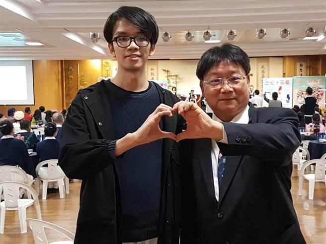 葉姓男子(左)為「馬凡氏症候群」患者,他感謝診所醫師陳豐霖(右)快速確診,並協助到大醫院就醫,挽回一條寶貴性命。(張妍溱攝)