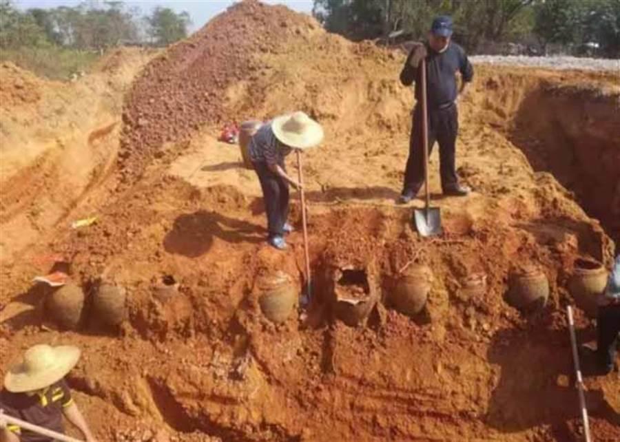 挖到神秘瓦罐以為是古董 結果讓村民嚇呆:快埋回去(圖翻攝自/東網)