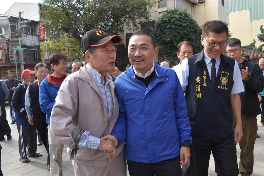 新北市長當選人侯友宜9日上午回到家鄉嘉義縣朴子市,受到鄉親熱情歡迎。(呂妍庭攝)