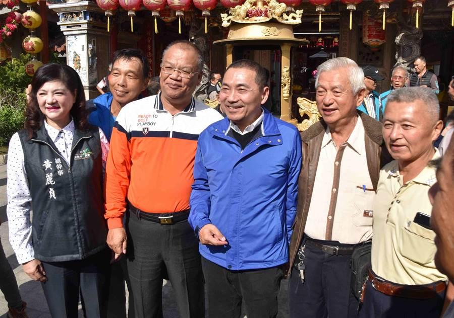 新北市長當選人侯友宜國中導師和學弟也到配天宮,現場開起小型同學會。(呂妍庭攝)