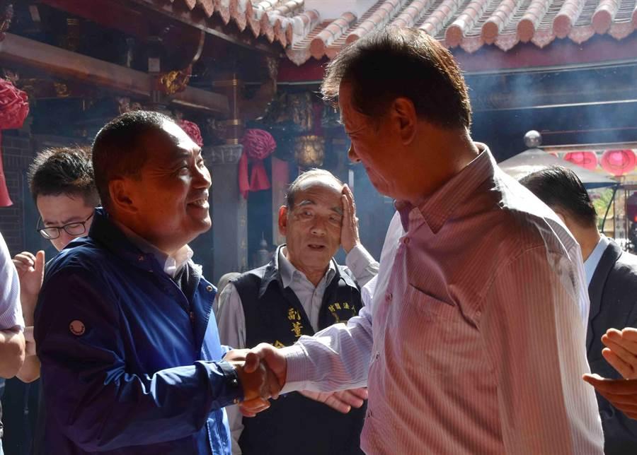 新北市長當選人侯友宜特別向朴子市長王如經致意。(呂妍庭攝)