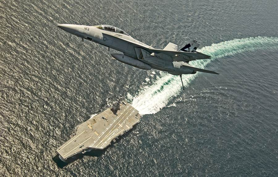 美國海軍最新式的福特號航空母艦與其艦載F/A-18E超級大黃蜂戰機。(圖/美國海軍)