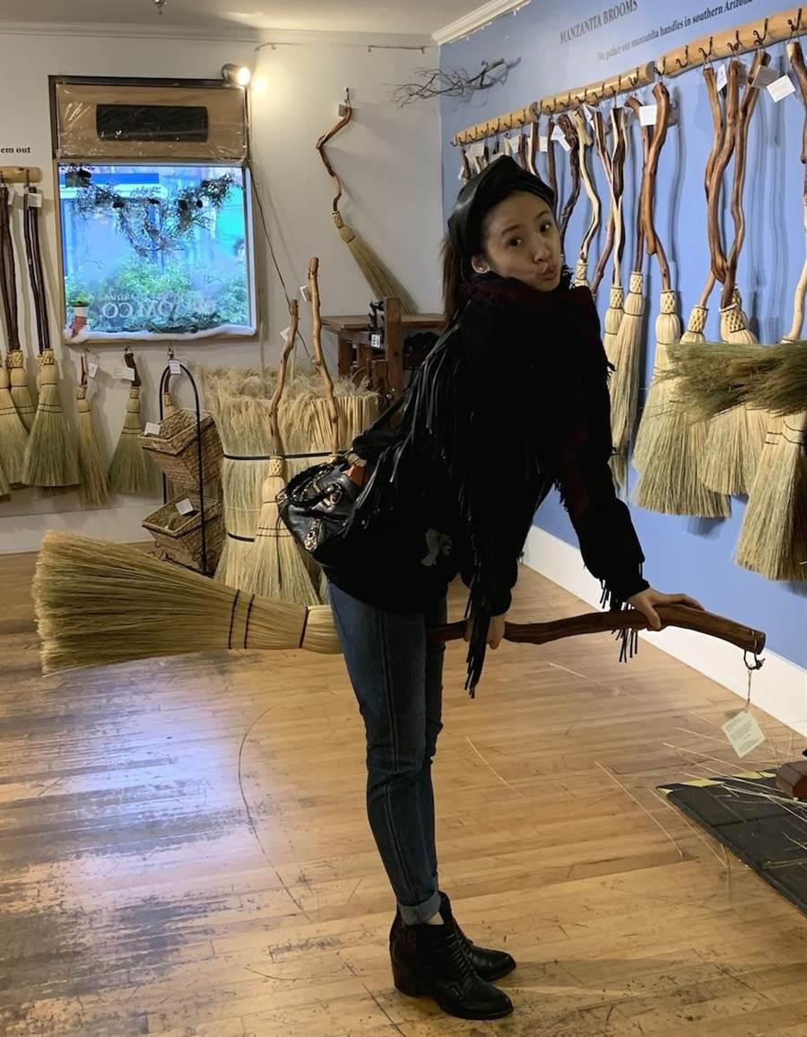 林依晨在格蘭佛島的手工掃帚店。(周子娛樂)