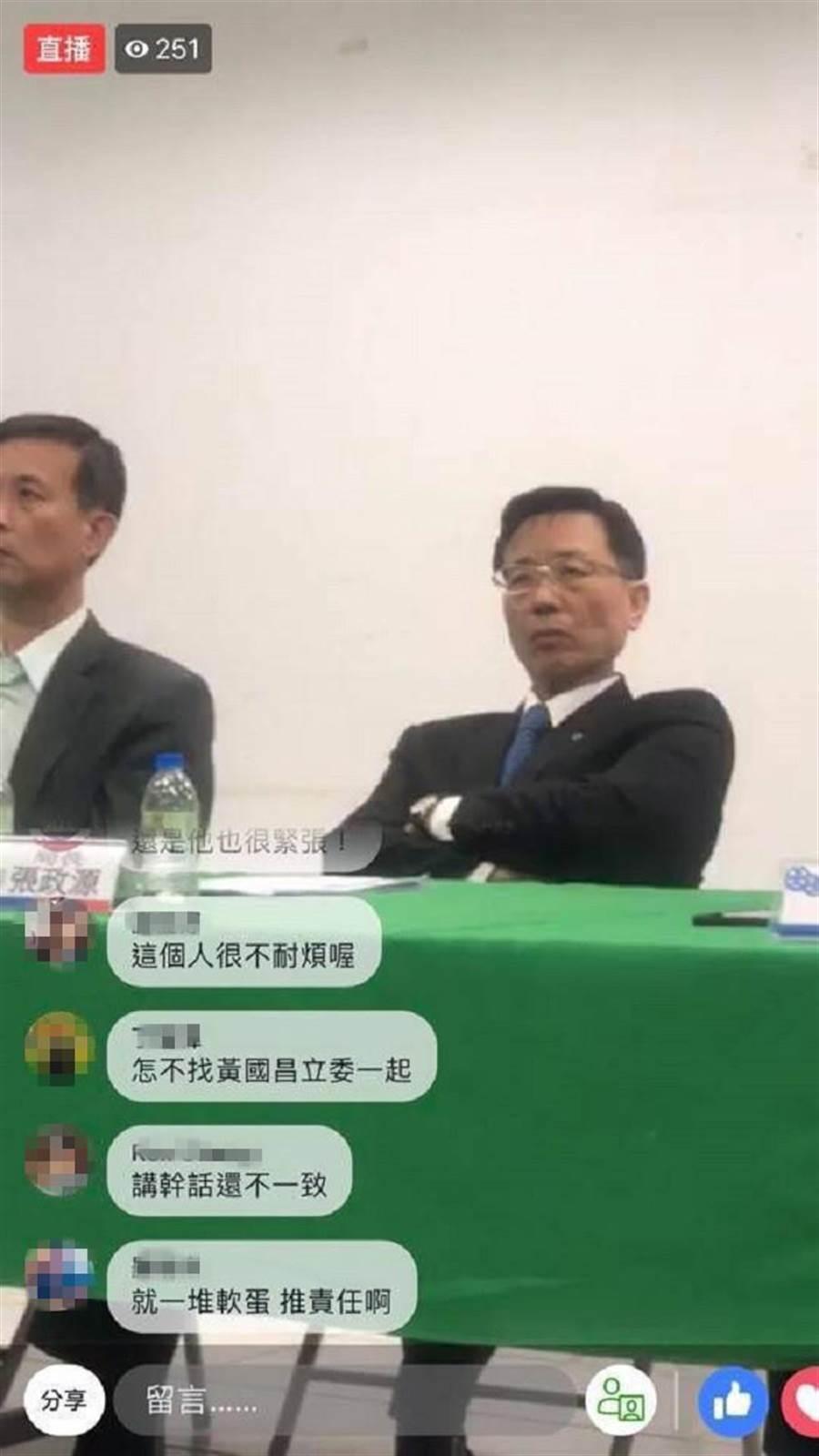 家屬貼出現場張政源雙手抱胸,疑似不耐煩的照片。(翻攝自爆怨公社)