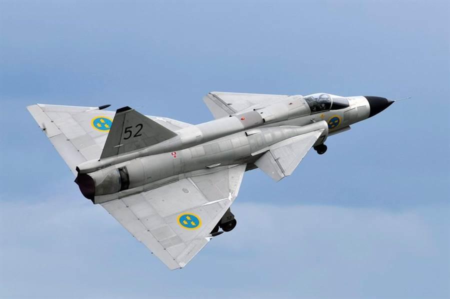 瑞典的JA-37戰機,「鴨式布局」的巨大前翼,在當時相當獨特。(圖/瑞典空軍)
