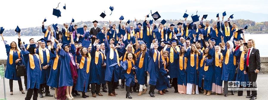 瑞士是世界上最富裕、人民收入最高及失業率最低的國家之一,這都歸功於瑞士成功技職教育體系,重視技能甚於理;圖為瑞士日內瓦商學院畢業生。圖/業者提供