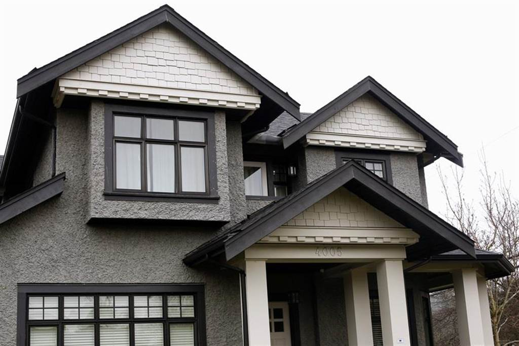為保孟晚舟,媒體報導劉曉棕以溫哥華總價超過新台幣5億元的2棟豪宅作為保釋金,圖為坪數較小的登巴宅邸,窗戶緊閉,還拉上百葉窗。(圖/路透社)
