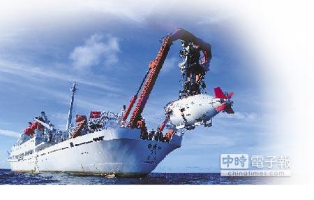 大陸「蛟龍」號載人潛水器進入水中。(新華社資料照片)