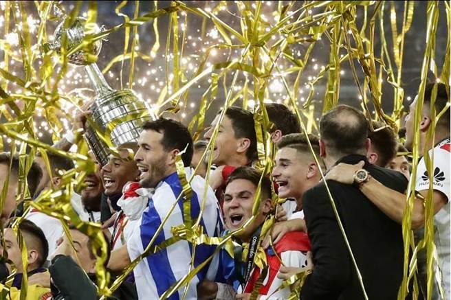 阿根廷名門河床在馬德里舉起隊史第4座南美解放者盃冠軍。(美聯社)