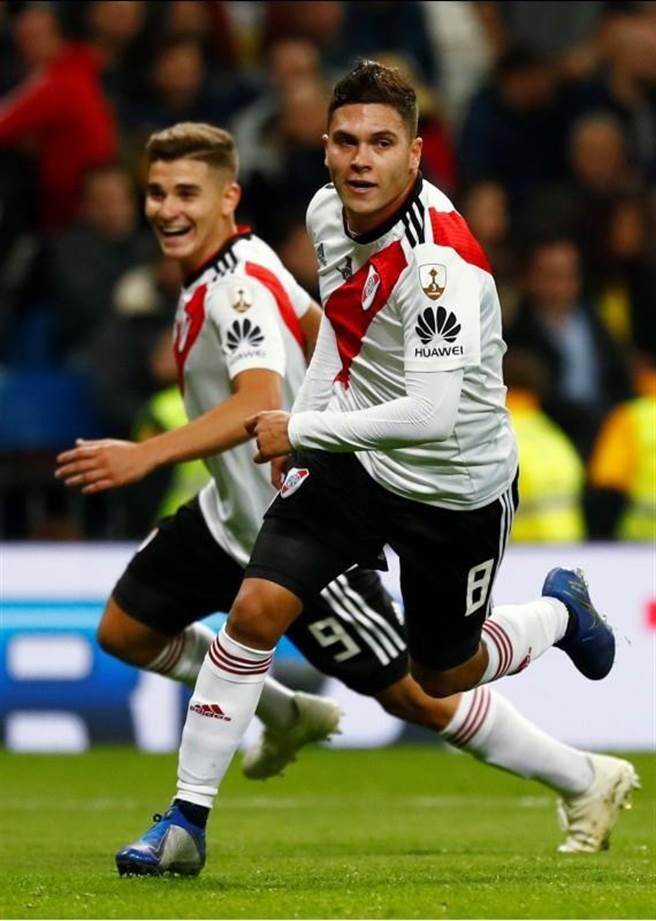 哥倫比亞國腳昆泰洛(右)在延長賽打破1平僵局,興奮的狂奔慶祝。(路透)