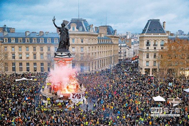 「黃背心」遊行抗議群眾將巴黎東側的共和國廣場擠得水洩不通。(路透)