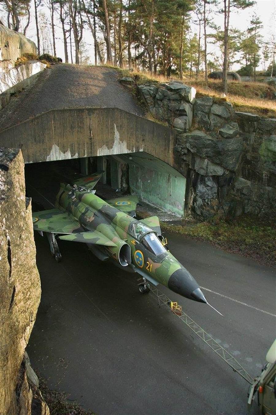 從臨時機庫出擊的JA-37,它的垂直尾翼是攤平的。(圖/reddit)