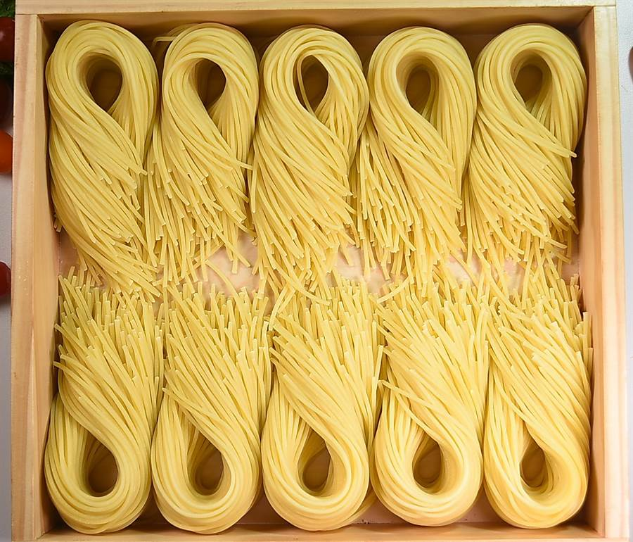 〈SPIGA PASTA EXPRESS〉供應的義大利麵,都是以日本Newwokubo母集團技術在製麵室現製的生麵,(圖/姚舜)