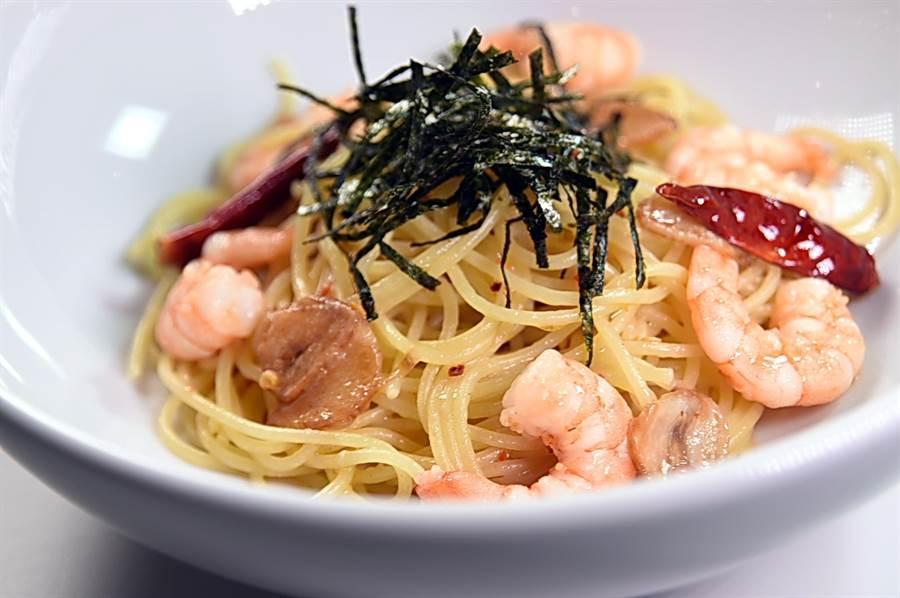 用香蒜橄欖油炒製的〈蒜味鮮蝦海苔義大利麵〉蒜香誘人並帶微辣,海苔絲則增加了鹹香海味。(圖/姚舜)