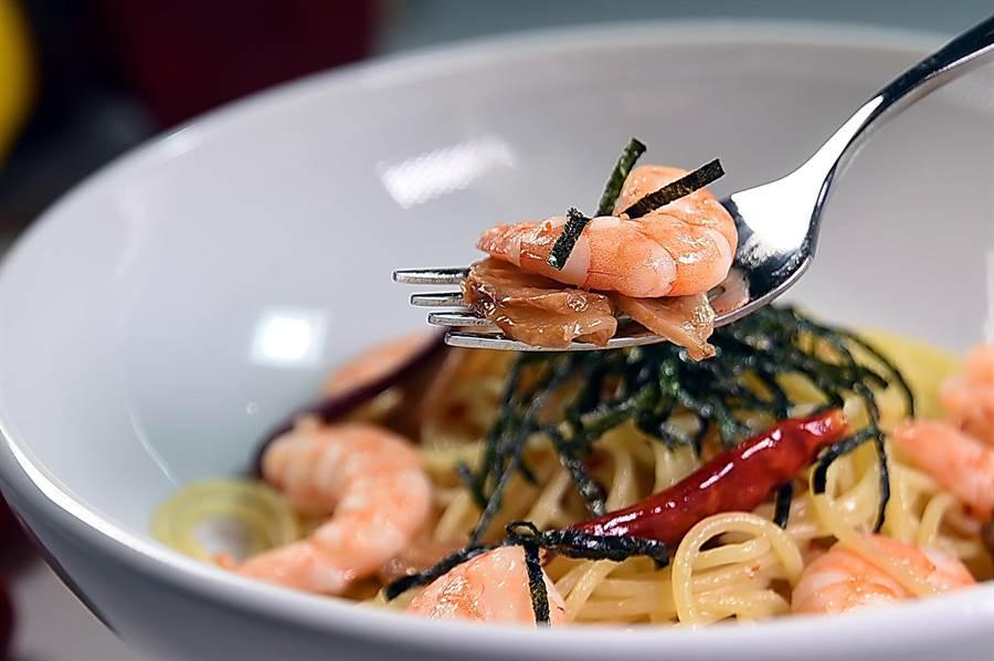 〈蒜辣鮮蝦海苔義大利麵〉所用的鮮蝦是嘉義無毒蝦,味道鮮甜。(圖/姚舜)