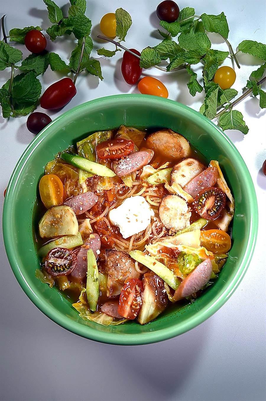 為慶祝新店開業,〈SPIGA PASTA石壁家〉3家連鎖門市同步推出「義大利湯麵」,圖為〈德腸野菜起司番茄湯麵〉。(圖/姚舜)
