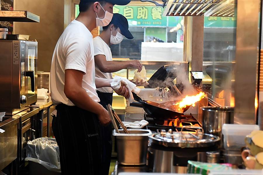 〈SPIGA PASTA EXPRESS〉標榜快速,客人透過玻璃窗可看到廚師炒義大利麵的過程。(圖/姚舜)