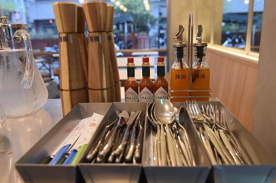 在〈SPIGA PASTA EXPRESS〉,餐具與調味料都是客人自取。(圖/姚舜)