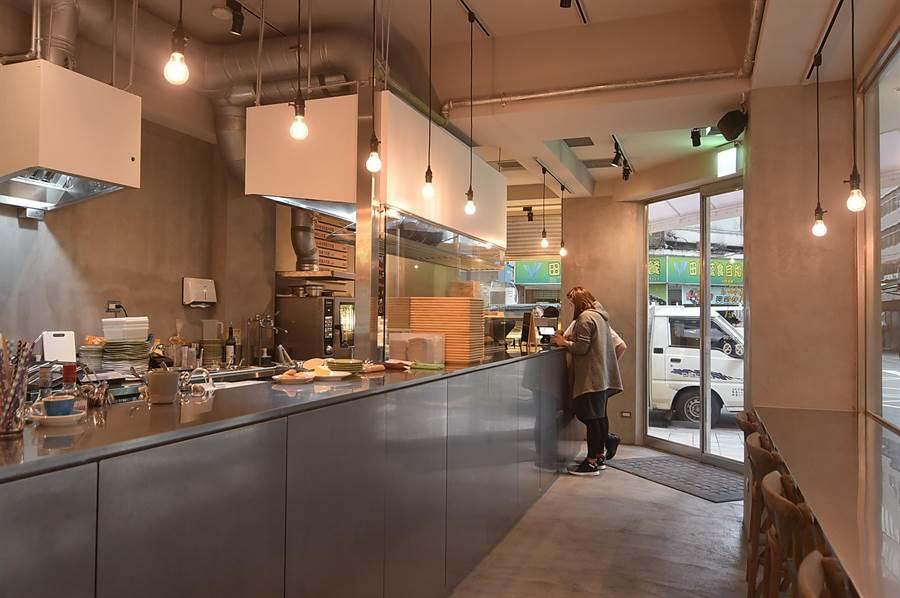 講求快速的〈SPIGA PASTA EXPRESS〉是客人在櫃檯點餐後,廚房10分鐘內出餐,且不收服務費。(圖/姚舜)