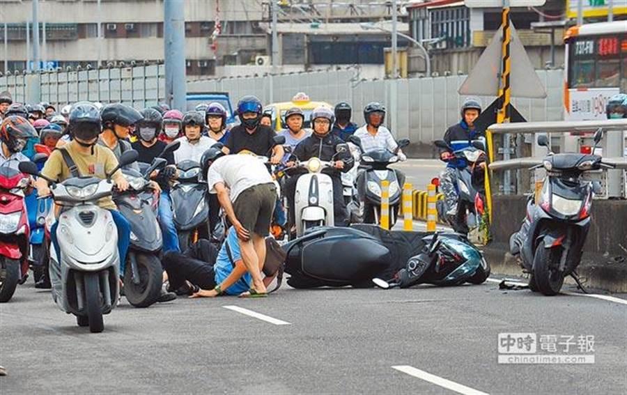 國內機車事故佔道路交通事故六成以上。(報系資料照)