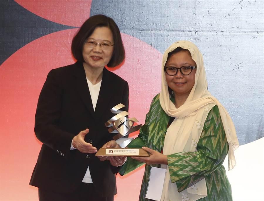 「亞洲民主人權獎」頒獎典禮10日舉行,蔡英文總統(左)出席,將獎項頒給印尼「古斯都爾網路」代表艾莉莎瓦希德(Alissa Wahid)。(方濬哲攝)