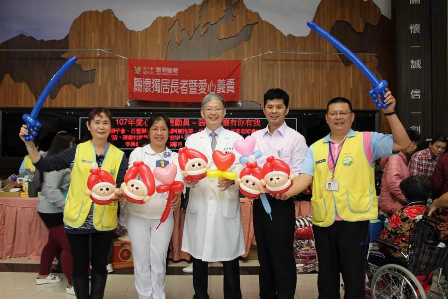 豐原醫院護理師黃綺麗(左二)巧手折出「耶誕老公公」造型氣球,響應愛心義賣會。(王文吉攝)