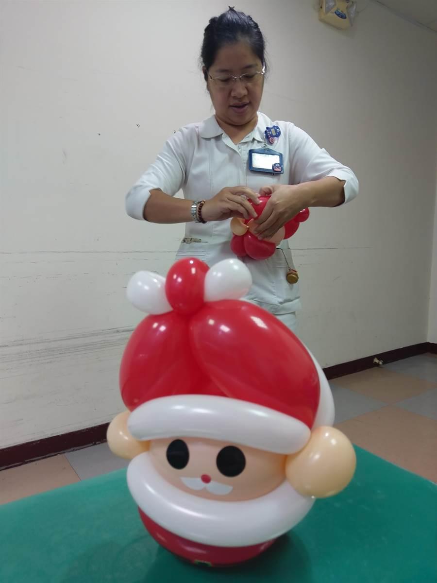 折氣球做公益!豐原醫院護理師黃綺麗製作50個限量版耶誕老公公,每個100元公益價義賣。(王文吉攝)