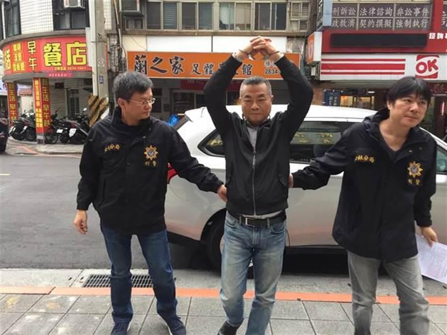 中華統一促進黨黨員李承龍因八田與一案遭士林地檢署通緝,李承龍高舉雙手表示,不認為自己有做錯。(李文正攝)