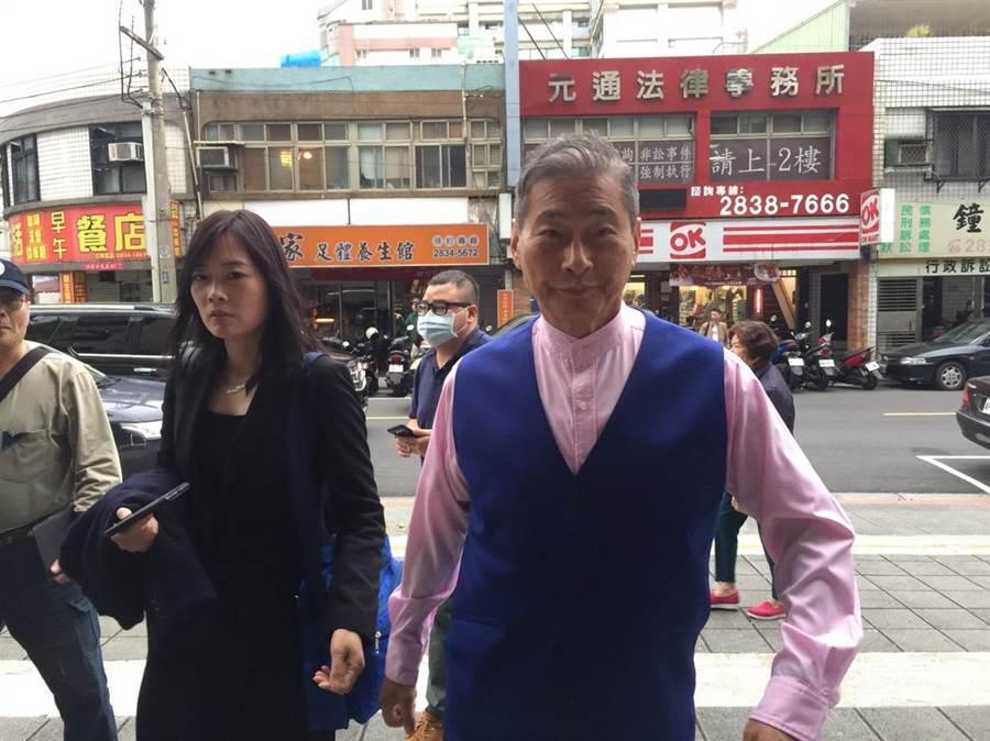 中華統一促進黨總裁「白狼」張安樂趕到警局幫李承龍繳罰金15萬元。(李文正攝影)