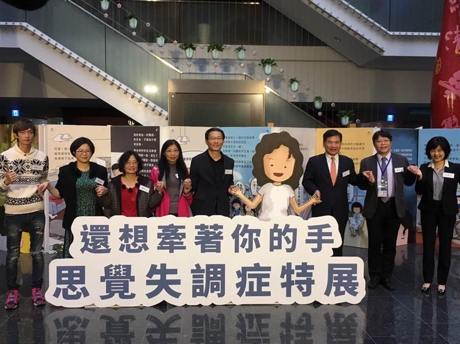 台中市政府衛生局與台灣精神醫學會、中華民國康復之友聯盟合作,10日在市政大樓文心樓中庭舉辦「還想牽著你的手-思覺失調症特展」,展期從即日起至14日止。(張妍溱翻攝)