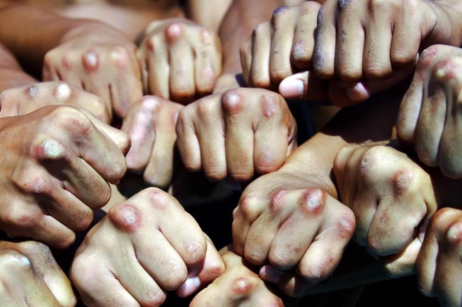海軍陸戰隊莒拳隊隊員的拳頭,海軍192艦隊黃國彦少校攝影得獎作品。(圖/中華民國海軍臉書)