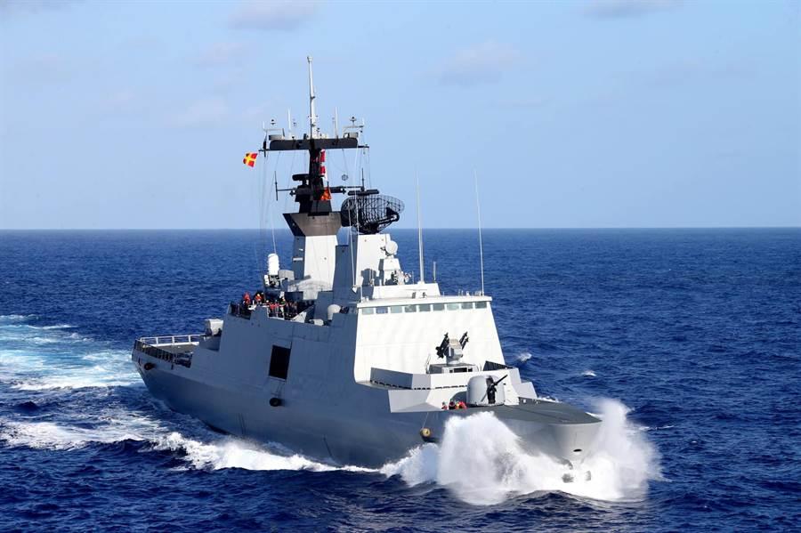 拉法葉軍艦海上加油,海軍192艦隊黃國彦少校攝影作品集《感動》。(圖/中華民國海軍臉書)