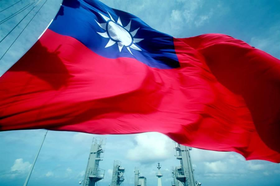 海軍敦睦艦隊磐石艦上的大型國旗,海軍少校黃國彦攝影作品。(圖/中華民國海軍臉書)