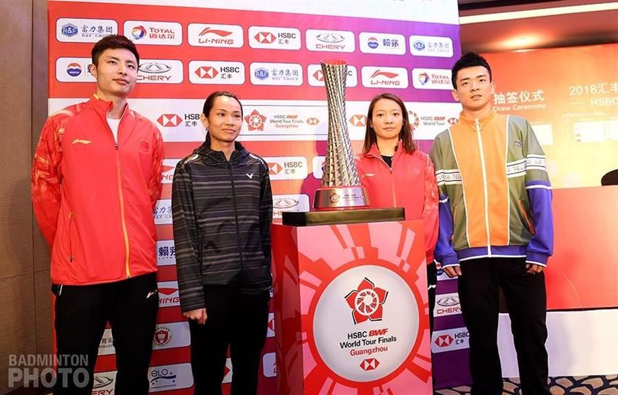 戴資穎(左二)以球后之姿問鼎年終總決賽女單冠軍。(badminton photo提供)