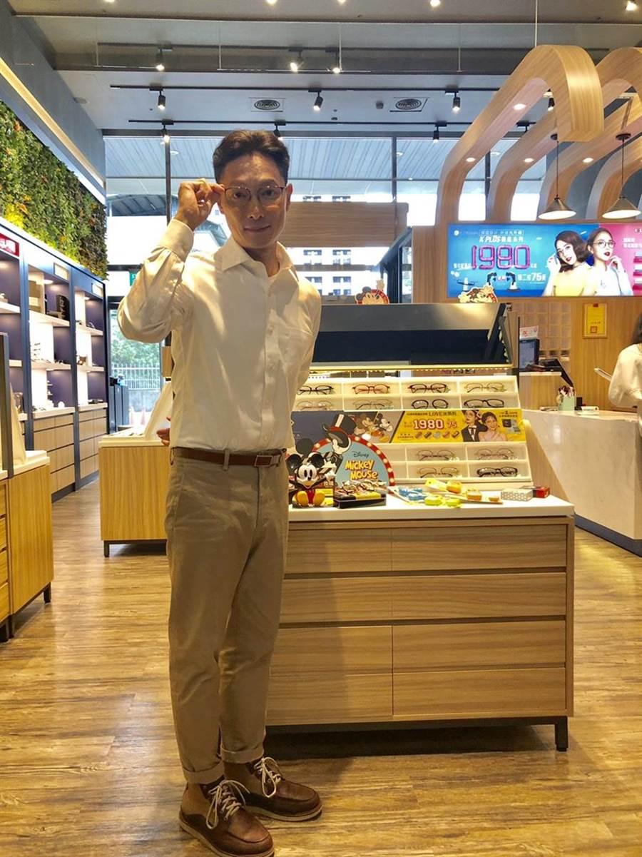 謝祖武擔任知名眼鏡一日店長。(寶島眼鏡提供)