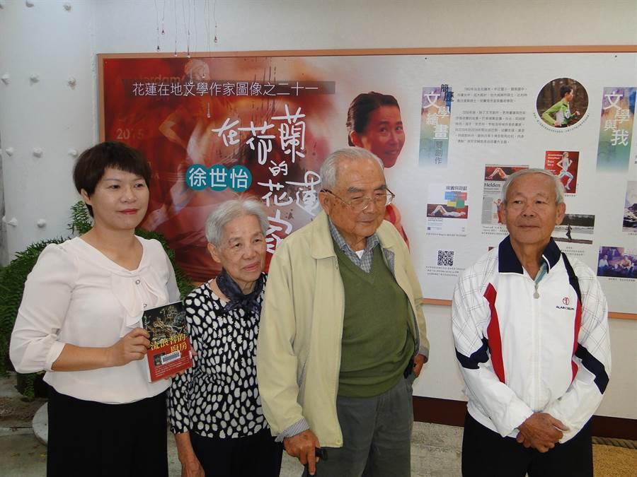 徐世怡個展,她的父親徐興發(左三)、母親賴梅英(左二)由花蓮縣文化局祕書蔡樹芬(左一)陪同欣賞作品。(范振和攝)